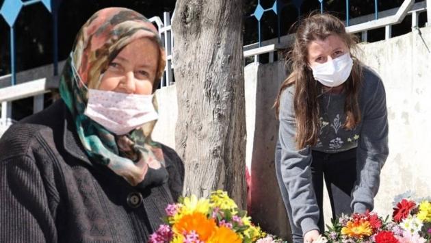 İki çocuk annesi, mezarlıkta çiçek satarak kızını Oxford Üniversitesi'nde okutuyor